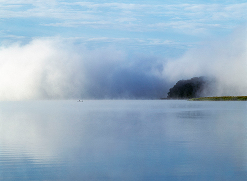 Łódka jezioro mgła
