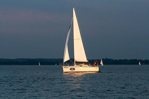 Żaglówka na jeziorze