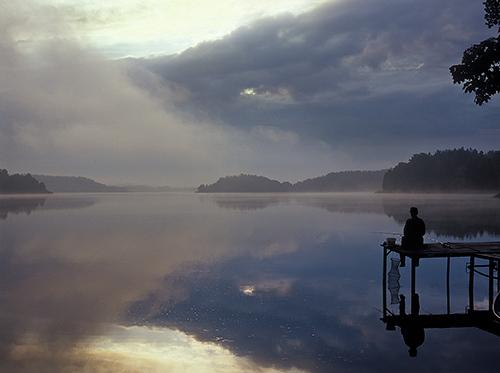 Wędkarz nad jeziorem