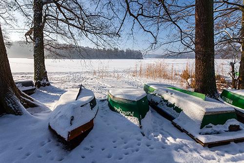 Łódki nad jeziorem