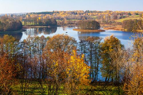 Jezioro i łódka