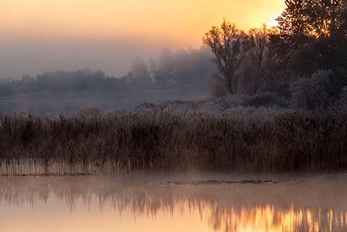 Wschód słońca nad wodą
